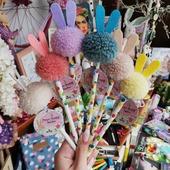Αγαπάμε την άνοιξη και φροντίζουμε να το δείχνουμε με τον ομορφότερο τρόπο!🌷 Νέα πολύχρωμα μολύβια και στυλό, συνδετήρες με pom pom, κασετίνες και πορτοφολάκια σε παιχνιδιάρικους ανοιξιάτικους τόνους, έρχονται να προσθέσουν χρώμα στην καθημερινότητα μας! 🌈🌞 . . 🌐 www.psaltou.com 🦋 . . #new #newin #newstationery #stationery #stationaryaddict #stationerylove #rainbows #pastelcolors #flowers #pompom #pompompemcils #rainbowstationery #pencilcases #pencilswithstyle #springvibes #springishere #spring #bookstore #psaltoubookstore #psaltou #bookstoreskilkis #kilkiscity #eshop #shoponline #shopnow #eshopping #addtocart #addtocartkindaday #shopping